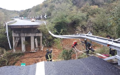 Maltempo Liguria, crollano 30 metri di viadotto sulla Torino-Savona