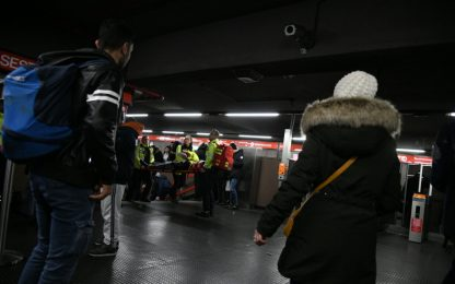 Milano, metro rossa: brusca frenata a San Babila. FOTO
