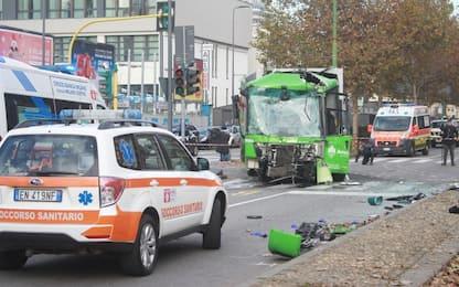 Incidente filobus-camion rifiuti Milano, indagini su telefono autista