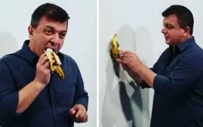 Un artista mangia la banana di Cattelan da 120mila dollari. IL VIDEO