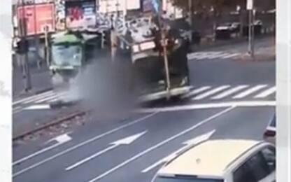 Milano, scontro bus-camion rifiuti, mezzo Atm passa col rosso. VIDEO