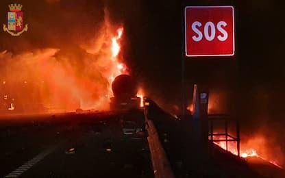 Autocisterna in fiamme dopo un incidente sull'A4: un morto