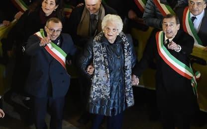 Milano, sindaci d'Italia sfilano in solidarietà a Liliana Segre. VIDEO