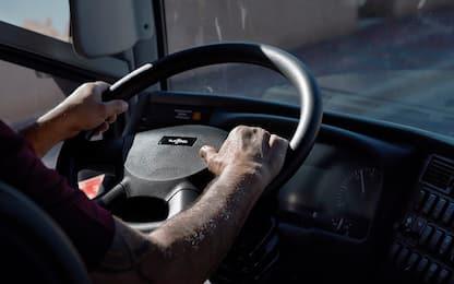 Roma, sale sul bus senza mascherina: minaccia passeggeri con sigaretta