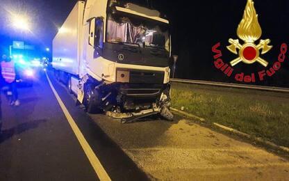Scontro tra un'auto e un tir nel Lodigiano, morto un 27enne