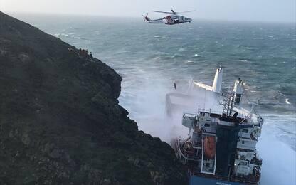 Maltempo Sardegna, mercantile incagliato: equipaggio in salvo. VIDEO