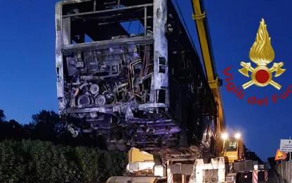 Roma, in fiamme un bus Atac nella notte: nessun ferito