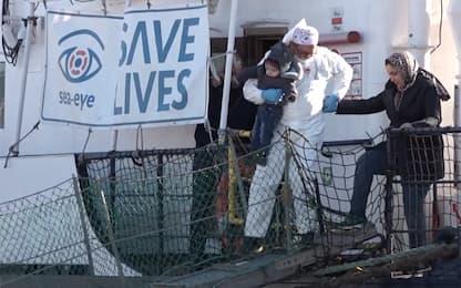 A Pozzallo lo sbarco dei 32 migranti a bordo della Alan Kurdi: VIDEO