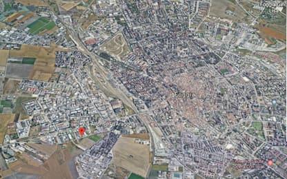 Bomba esplode sotto macchina a Foggia: danni ad auto, case e negozi