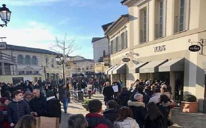 Saldi in Piemonte, folla a Serravalle: task-force sicurezza con drone