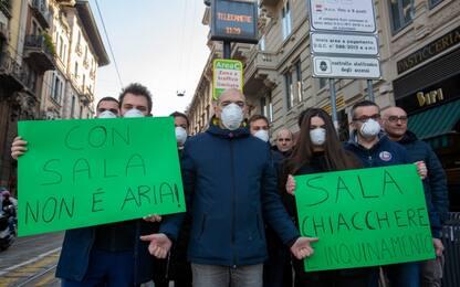 Inquinamento a Milano, la Lega in protesta con le mascherine antismog
