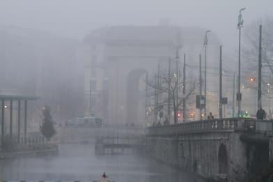 Milano, le immagini della città avvolta dalla nebbia. FOTO