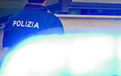 Gricignano d'Aversa, sente urla e scende in strada armato: denunciato