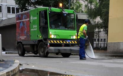 Milano, dipendente Amsa cade e batte la testa mentre spazza: è grave