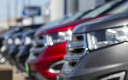 Furto nel Biellese: sfondano vetrina con furgone e rubano auto