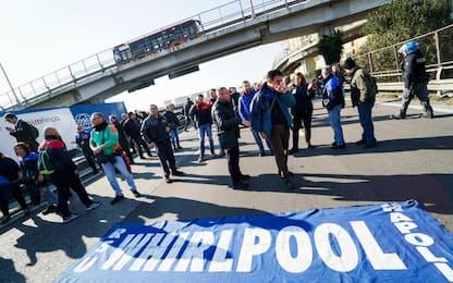 Whirlpool Napoli, operai bloccano A3. Tavolo al Mise il 29 gennaio