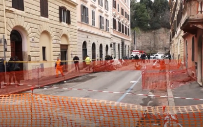 Roma, si apre voragine vicino al Colosseo: evacuato palazzo. VIDEO