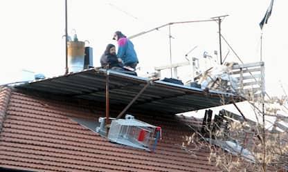 Milano, sgomberato centro sociale: giovani ancora sul tetto