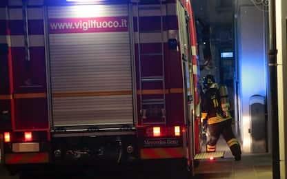 Incendio in un autodemolitore vicino Roma, nessun ferito