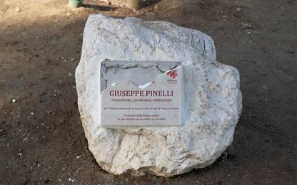 Milano, rotta la targa in ricordo di Pinelli. FOTO