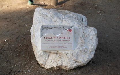 Piazza Fontana, spaccata targa del Comune dedicata a Giuseppe Pinelli