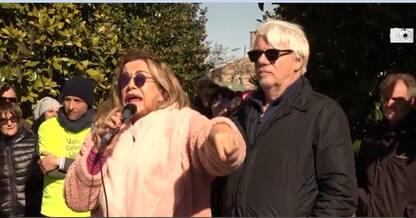 Roma, proteste per discarica. In piazza la coppia Izzo-Tognazzi.VIDEO