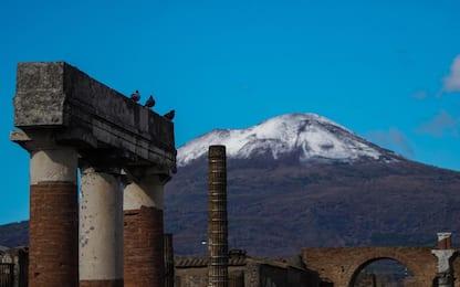 Primi fiocchi di neve sul Vesuvio, vulcano imbiancato. FOTO