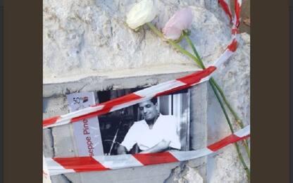 Mario Calabresi mette fiori sulla lapide danneggiata di Pino Pinelli