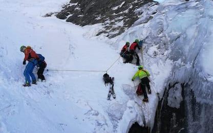 Precipita in voragine di neve: scialpinista salvata nel Cuneese