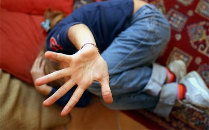 Violenze sessuali sulla figlia minorenne: arrestato 45enne a Napoli