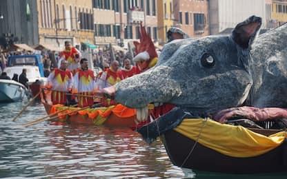 Carnevale a Venezia, in migliaia assistono alle regate