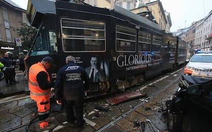 Incidente a Milano, auto contro tram in via Torino: traffico in tilt
