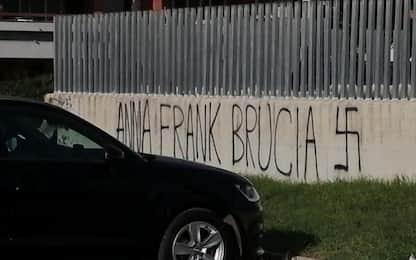 """Scritte antisemite davanti a scuole di Pomezia, Azzolina: """"Vergognoso"""""""