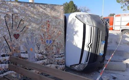 Arezzo, furgoncino fuori strada: danni al mosaico più grande d'Europa