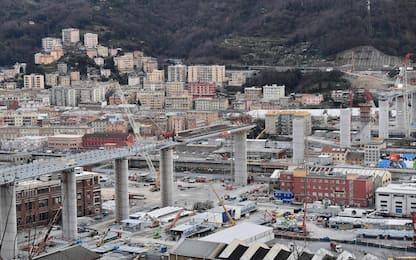 Genova, issata prima maxi trave del nuovo ponte. FOTO