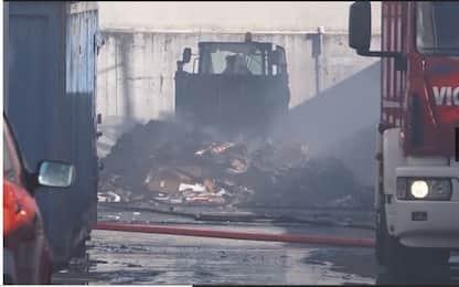 Incendio in un capannone a Pomezia, al lavoro i pompieri. VIDEO
