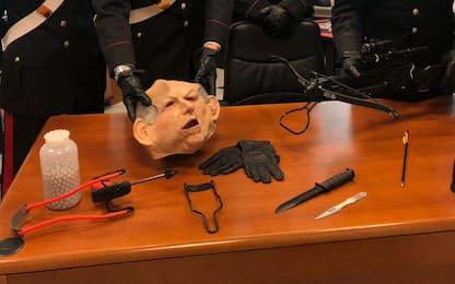 Mascherato da Bertinotti, scagliava frecce contro casa vicino: fermato