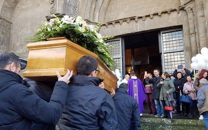 Funerali della 16enne Aurora Grazini, palloncini davanti alla chiesa