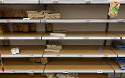Coronavirus, a Milano scaffali dei supermercati vuoti. FOTO
