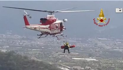 Salerno, vigili salvano uomo caduto in dirupo. VIDEO