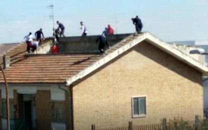Coronavirus, rivolta in carcere a Foggia: detenuti sul tetto. VIDEO