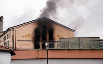 Milano, rivolta al carcere San Vittore: detenuti su tetto