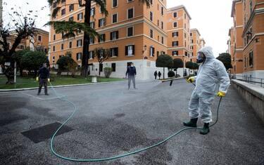 hero-coronavirus-igienizzazione-strade-roma-ansa2