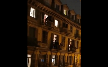 Coronavirus, a Torino si balla la macarena dai balconi. VIDEO