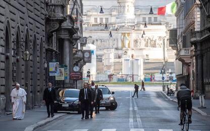Coronavirus, Papa a piedi per Roma prega per la fine della pandemia