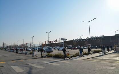 Coronavirus, lunghe code fuori dai supermercati. FOTO