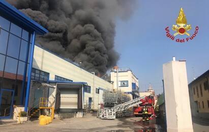 Incendio a Gallarate, in fiamme una ditta di materiale plastico