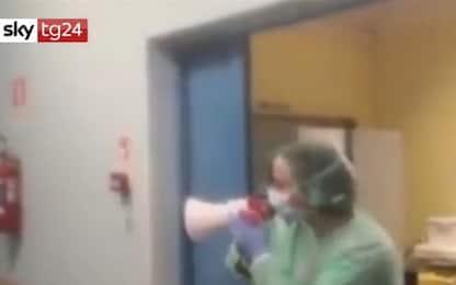 Coronavirus, medico con megafono a pazienti: l'Italia è con voi. VIDEO