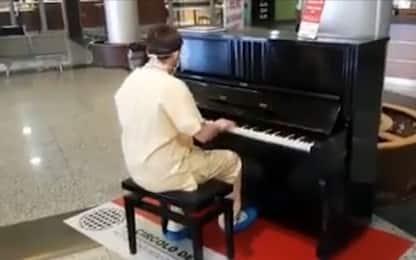 Coronavirus Varese, medico suona i Queen al piano dopo il turno. VIDEO