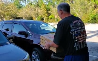Coronavirus, Florida: sceriffo porta pizze a chi è in quarantena.VIDEO